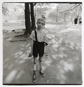 Enfant jouant avec une grenade en plastique dans Central Park, New York 1962, Copyryght © The Estate of Diane Aubus