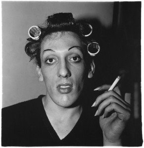Jeune homme en bigoudis chez lui, 20ème Rue, N.Y.C 1966, Copyright © The Estate of Diane Arbus