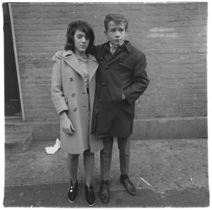 Couple d'adolescents à Hudson Street, New York 1963, Copyright © The Estate of Diane Arbus