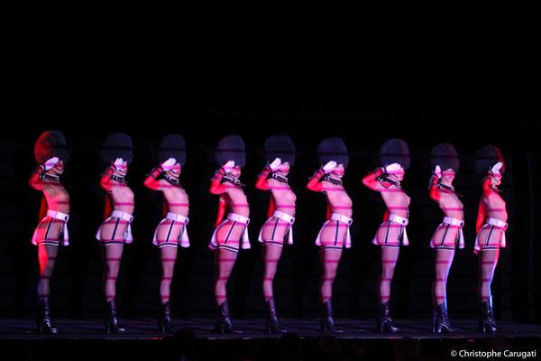 """La troupe du Crazy Horse sur """"God save our Bareskin"""""""