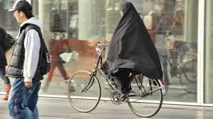 femme voilée à bicyclette