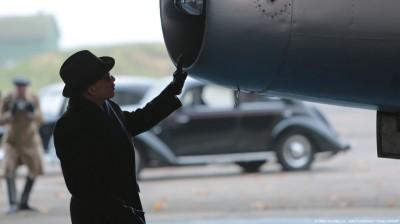 Marcel Dassault(joué par Denis Lavant) inspecte une de ses créations