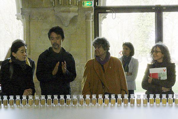 Kôichi présentant ses œuvres à l'abbaye de Maubuisson, le 11 mars 2014