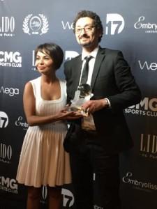 David Foenkinos recevant le prix des mains de Saïda Jawad