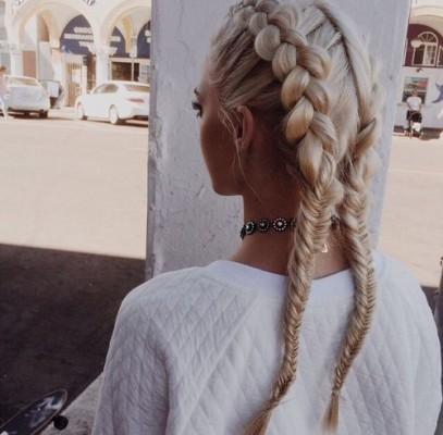 Pour les filles qui passent lété les cheveux attachés  évitez les élastiques avec un embout en métal qui vient casser le cheveu à cause du frottement.
