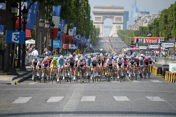le peloton féminin sur le circuit des Champs Elysées