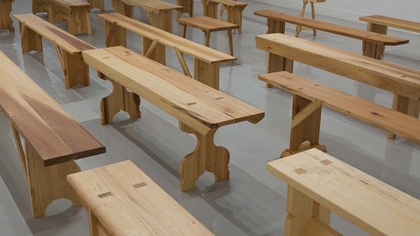 Francis Cape, Utopian Benches, 2011, Vue d'exposition à Arcadia University Gallery © Francis Cape, crédit photo : Greenhouse Media