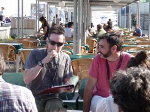 Alberto Guijarro (à droite), directeur du festival, et son interprète