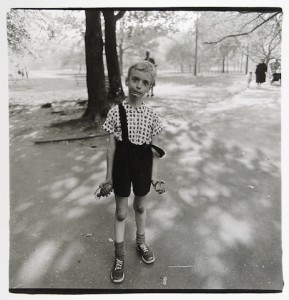 Enfant jouant avec une grenade en plastique dans Central Park, New York 1962, Copyryght © The Estate of Diane Aubus
