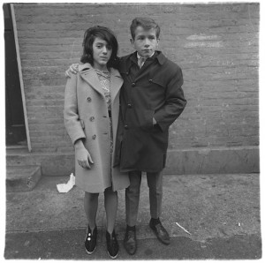 Couple d'adolescents à Hudson Street, New York 1963, Copyright © The Estate of Diane Arbus