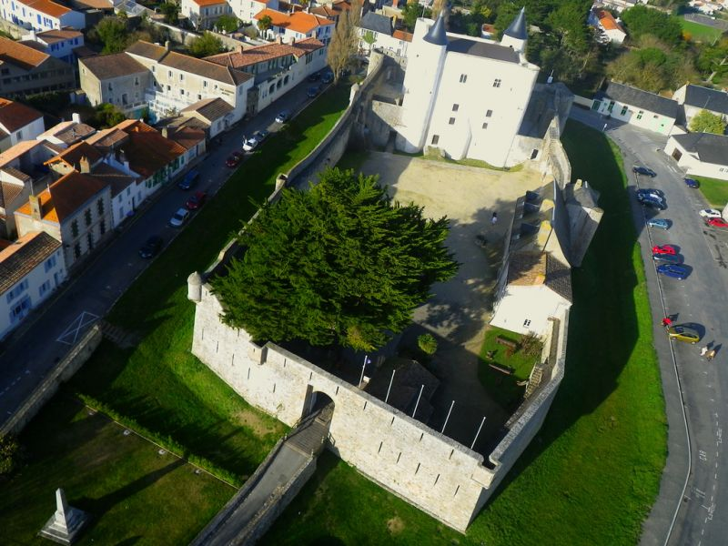 Le musée du château de Noirmoutier-en-l'île vu du ciel.