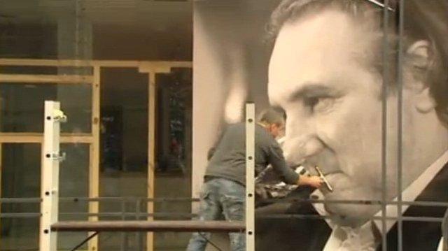 L'affiche collée sur la vitrine du futur bar à vins de Gérard Depardieu à Tournai. (photo : notélé)