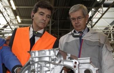 A gauche le minsitre des plans sociaux Arnaud Montebourg  ,à droite le président de PSA Philippe Varin