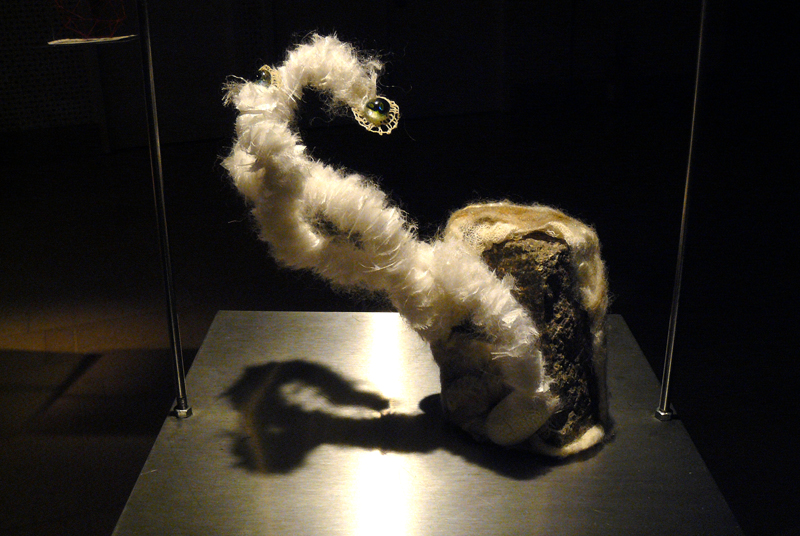 Celia Caliari, Hybris, porphyre, soie, coton, verre de Murrano, cocons de soie, différentes fibres