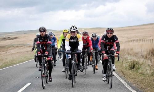 Bernard Hinault avec Yorkshire cyclistes
