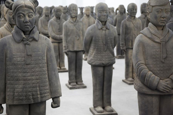Prune Nourry, vue de l'installation Terracotta Daughters galerie Magda Danyzs à Shanghai en 2013. Photo Prune Nourry. Courtesy galerie Magda Danysz Paris-Shanghai