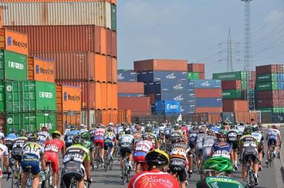 Le Peloton du World Ports Classic 2013, dans l'étape Anvers - Rotterdam