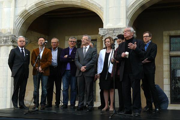 Les organisateurs et les artistes lors du discours d'inauguration au Château de Chaumont-sur-Loire