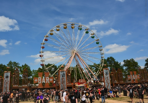 -La grande roue a été appréciée par tous ceux qui l'ont essayée : grands métalleux pas tendres comme cinquantenaires ont pu profiter de l'air plus frais en hauteur.