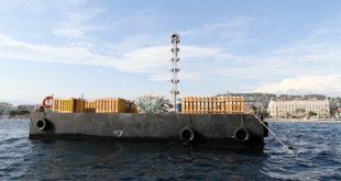 Un grosse barge d'artifice