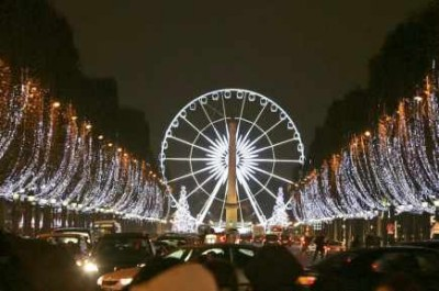 35668-marcher-champs-elysees-illumines-vrai
