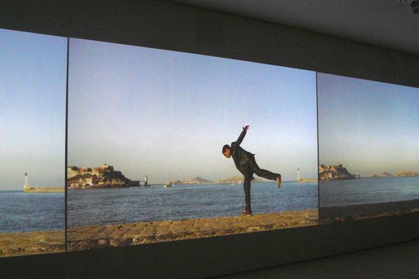 ehdi Meddaci, Murs, 2011, installation vidéo, 44 min, dimensions variables. Photo Marika Prévosto