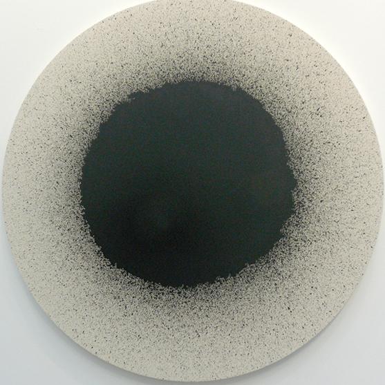 Latifa Echakhch, Tambour #7, 2012. Encre sur toile, 173 cm de diamètre. Photo Marika Prévosto