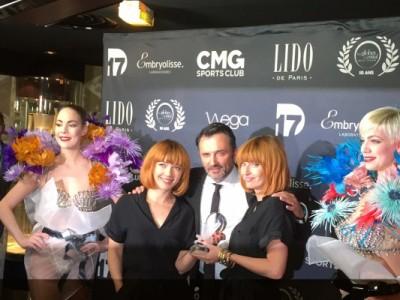 Le duo Brigitte entourant Frederic Lopez, qui leur remettait le prix.
