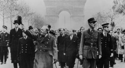 Le général de Gaulle et Winston Churchill descendent les Champs-Elysées le 11 novembre 1944