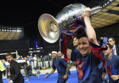 Lionel-Messi-brandit-le-trophee-de-la-Ligue-des-champions-le-6-juin-2015-a-Berlin_afp-article