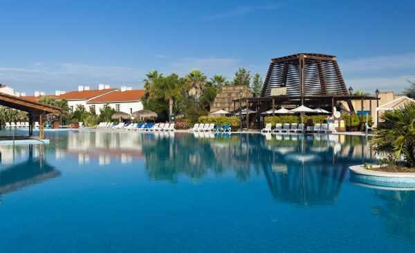 La piscine immense, avec le bar