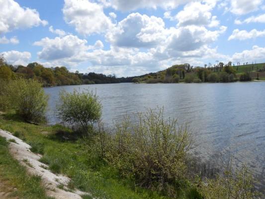 Le lac s'étend à perte de vue