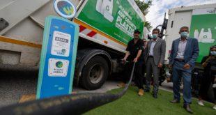 Camion bennes qui roule aux dechets plastiques