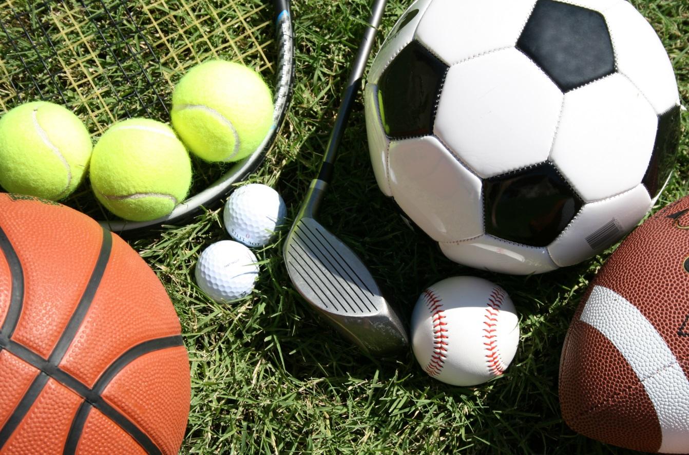 Différentes balles de sport sur l'herbe