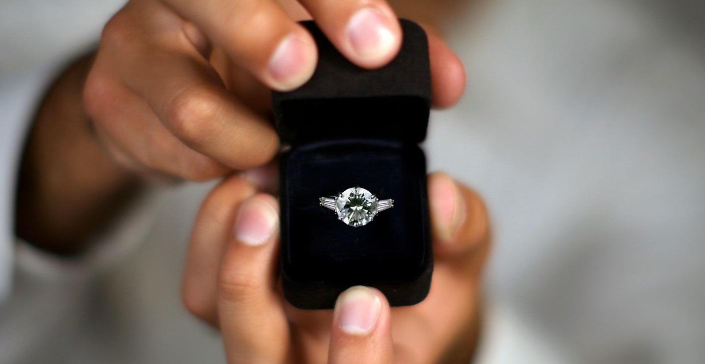Une bague en diamant dans une boite