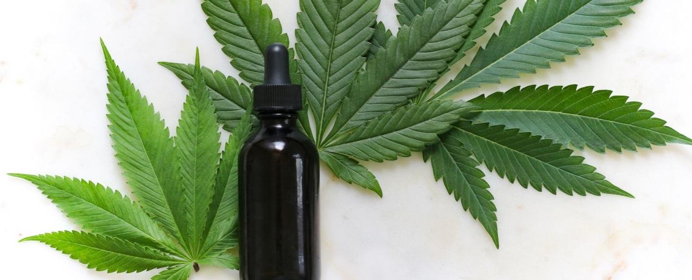 Feuilles de cannabis avec une fiole